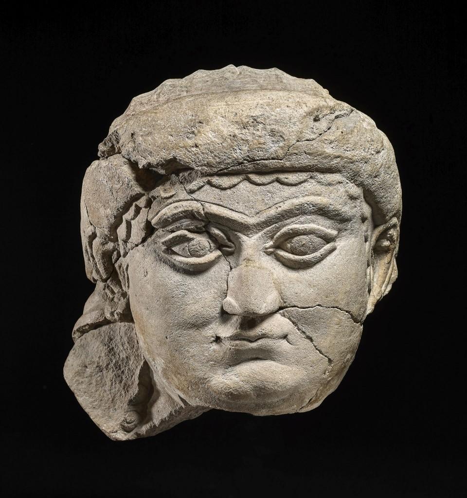 Portret van een vrouw, kalksteen, ca. 700-625 v. Chr, gevonden in Niniveh onder leiding van Austin Henry Layard, mogelijk de godin Isjtar. Collectie en foto: c The Trustees of the British Museum (no. 118897)