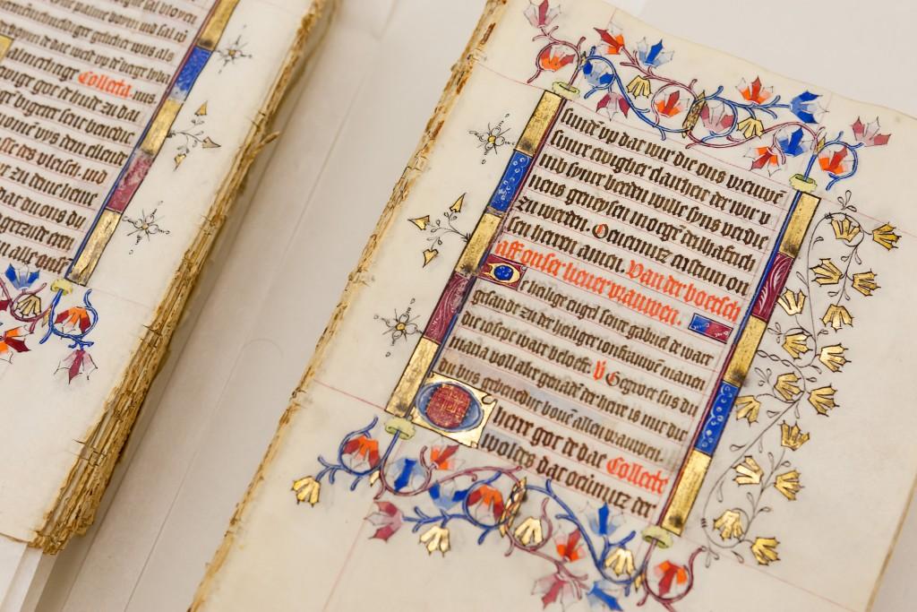 Pagina's met tekst en randdecoratie: zo ziet het grootste deel van het gebedenboek eruit. Berlijn, Staatsbibliothek zu Berlin, foto Dick van Aalst, Radboud Universiteit