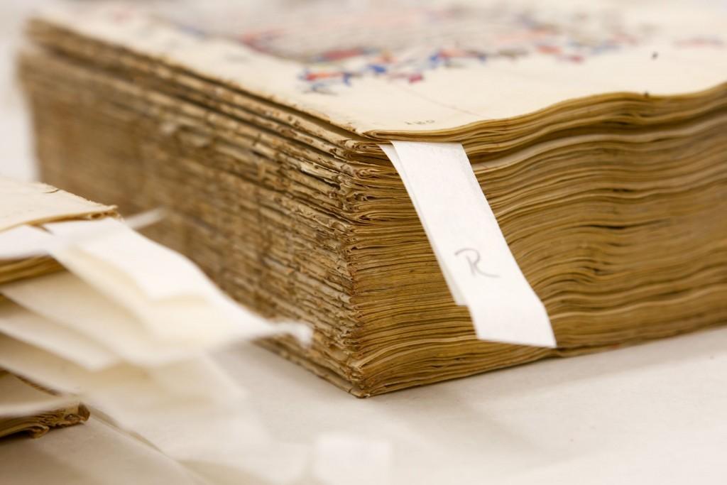 Het uit de band genomen gebedenboek van de zijkant gezien. Foto Dick van Aalst, Radboud Universiteit