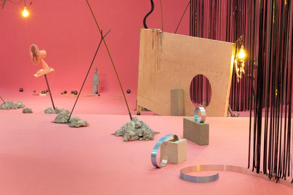 Anne Hardy, Falling and Walking, 2017, Museum Boijmans Van Beuningen. Op expositie 'Sensory Spaces 13'